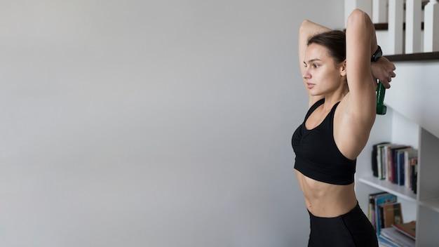 Vista lateral da mulher exercitando com espaço de cópia