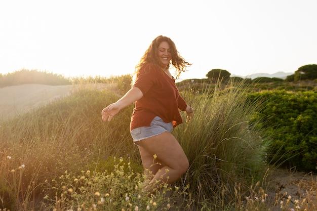 Vista lateral da mulher feliz na natureza