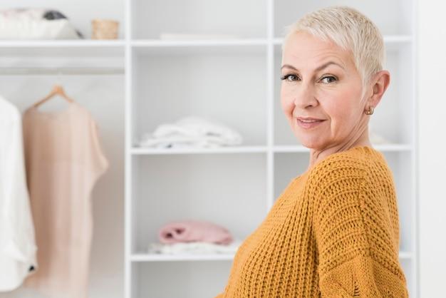 Vista lateral da mulher idosa sorridente com espaço de cópia
