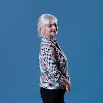 Vista lateral da mulher idosa