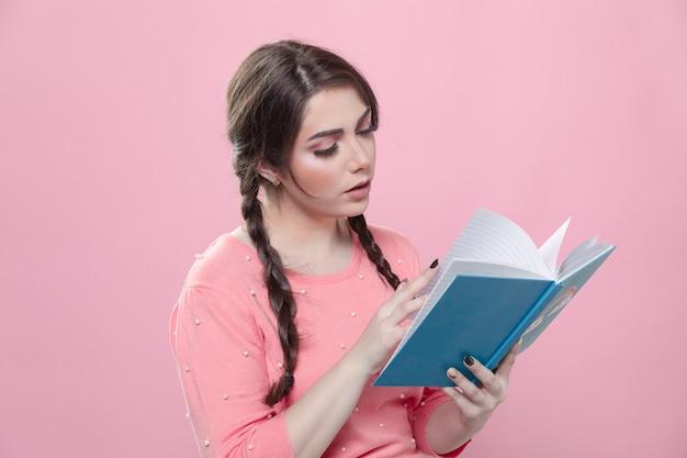 Vista lateral da mulher lendo um livro