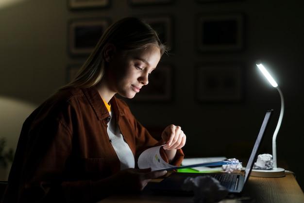 Vista lateral da mulher loira trabalhando