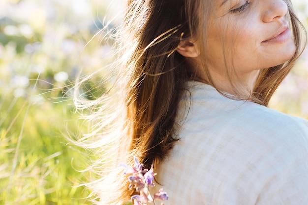 Vista lateral da mulher posando em bature