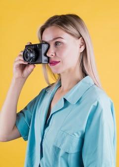 Vista lateral da mulher tirando foto