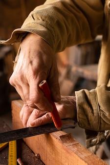 Vista lateral da pessoa fazendo uma linha com lápis