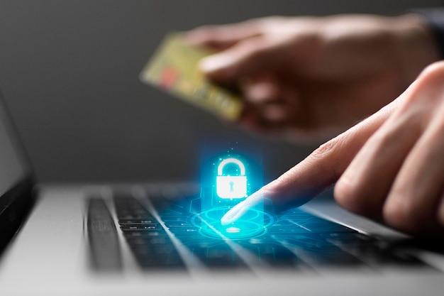 Vista lateral da pessoa usando o laptop e cartão de crédito