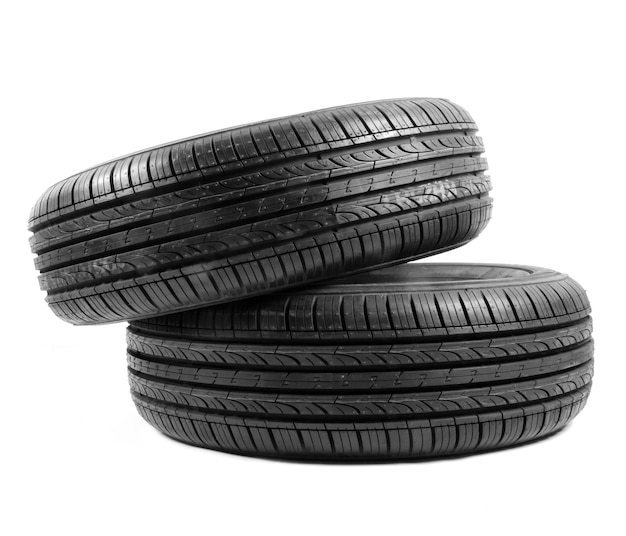 Vista lateral da pilha de pneus isolado