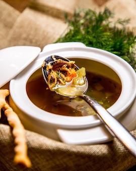 Vista lateral da sopa calimari