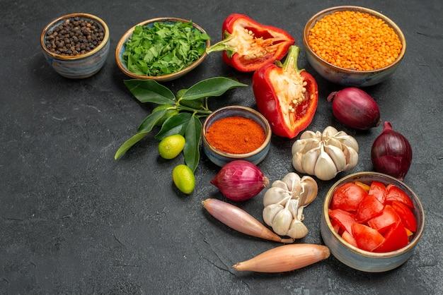 Vista lateral da tigela de legumes com ervas de lentilha legumes coloridos e especiarias frutas cítricas