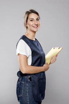 Vista lateral da trabalhadora em avental