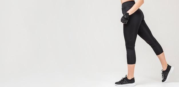Vista lateral das pernas da mulher atlética com espaço de cópia