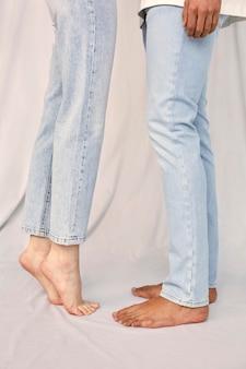 Vista lateral das pernas do homem e da mulher