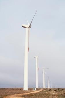 Vista lateral das turbinas eólicas no campo gerando energia