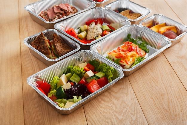 Vista lateral de alimentos saudáveis para levar em caixas