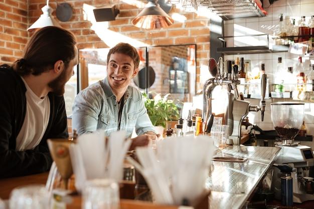 Vista lateral de amigos sentados perto do bar
