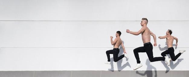 Vista lateral de artistas de hip-hop sem camisa, com espaço de cópia