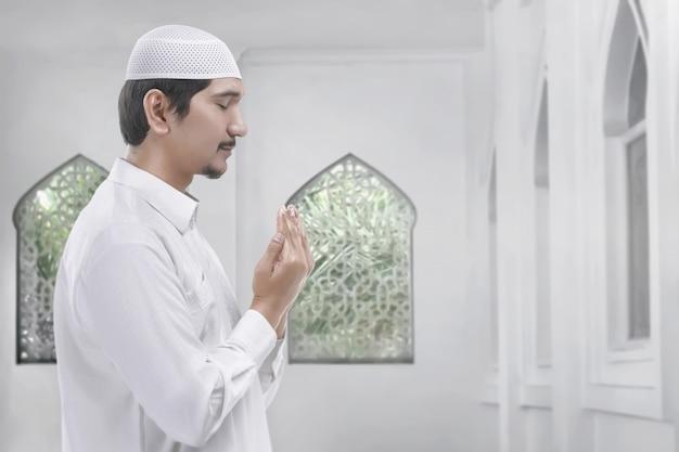 Vista lateral, de, asian muçulmano, homem rezando