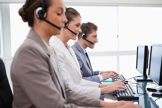 Vista lateral de assistentes de atendimento ao cliente