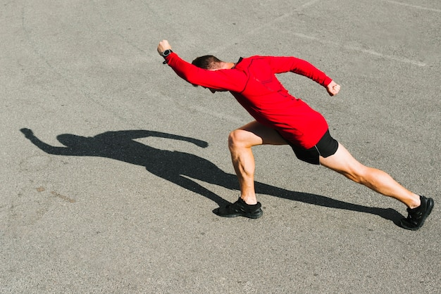 Vista lateral, de, atleta, esticar Foto gratuita