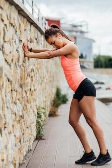 Vista lateral, de, atleta, inclinar-se, parede
