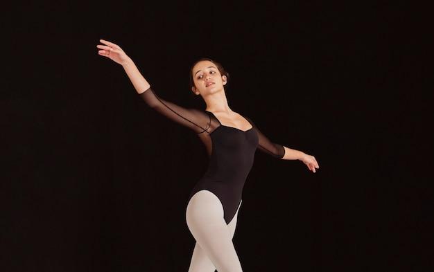 Vista lateral de bailarina profissional praticando