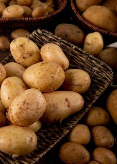 Vista lateral de batatas cruas em um prato