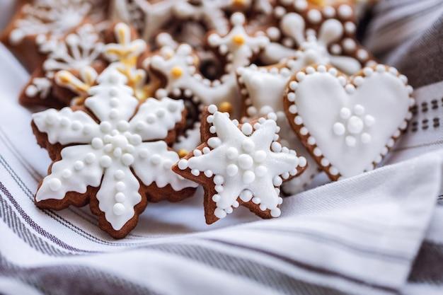 Vista lateral de biscoitos de gengibre no guardanapo