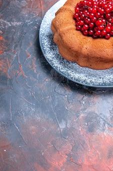 Vista lateral de bolo com frutas vermelhas bolo com frutas no prato