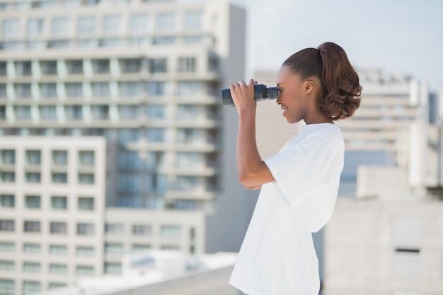 Vista lateral, de, bonito, mulher, usando, binóculos