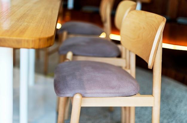 Vista lateral de cadeiras de madeira em restaurante