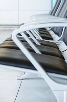 Vista lateral, de, cadeiras, em, aeroporto