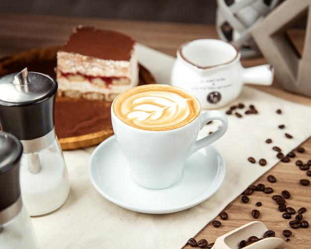 Vista lateral de café com leite