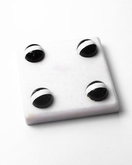 Vista lateral de chocolate branco doces de halloween branco
