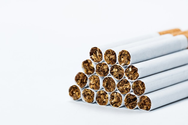 Vista lateral de cigarros, em um branco,