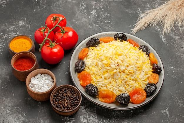 Vista lateral de close-up arroz especiarias arroz com frutas secas tomates