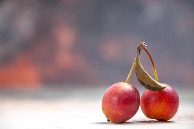 Vista lateral de close-up cerejas as cerejas apetitosas na mesa