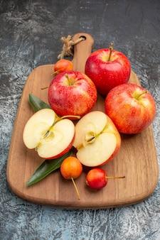 Vista lateral de close-up com maçãs e apetitosas maçãs vermelhas na tábua
