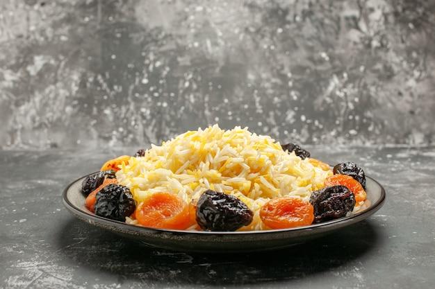 Vista lateral de close-up de arroz o apetitoso arroz com frutas secas no prato