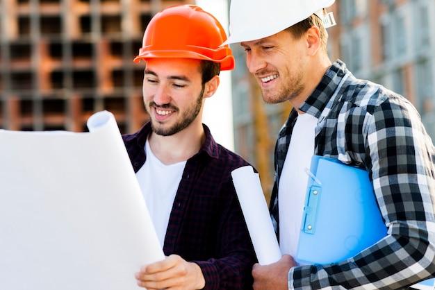Vista lateral de close-up do engenheiro e arquiteto, supervisionando a construção