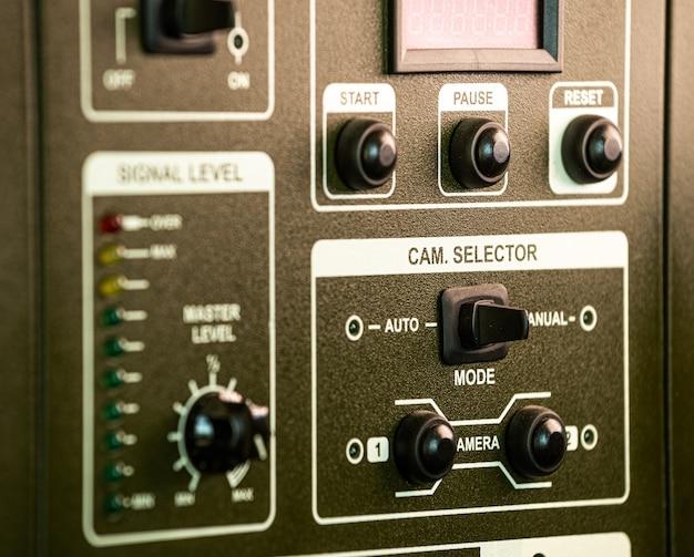 Vista lateral de close-up do painel de botões e rodopios