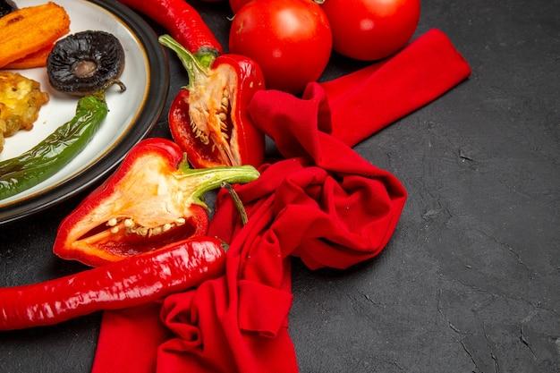 Vista lateral de close-up legumes legumes assados pimentões pimentões pimentões tomates toalha de mesa