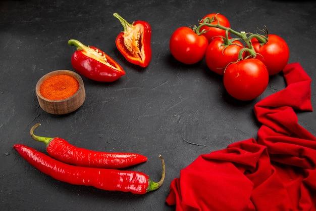 Vista lateral de close-up legumes pimenta pimenta especiarias pimentão vermelho tomate toalha de mesa