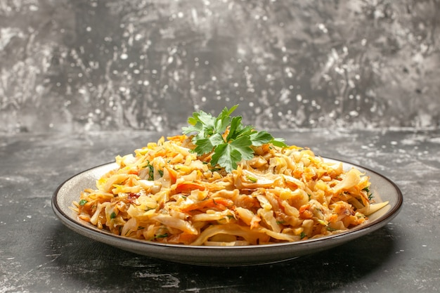 Vista lateral de close-up prato apetitoso prato de ervas de cenoura repolho no fundo escuro