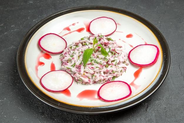 Vista lateral de close-up prato apetitoso um prato apetitoso no prato branco sobre a mesa escura