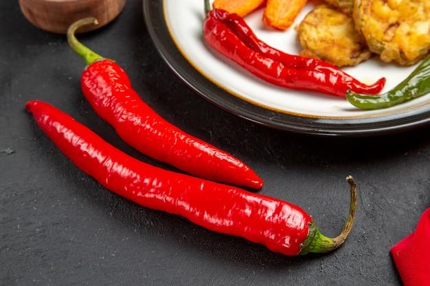 Vista lateral de close-up prato de legumes assados com pimenta vermelha