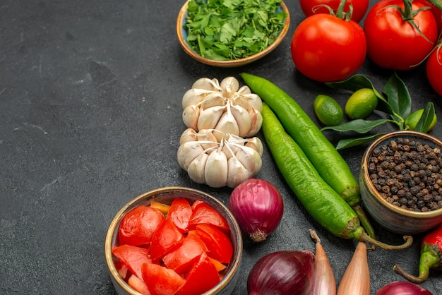 Vista lateral de close-up vegetais tomates pimentas ervas especiarias frutas cítricas com folhas