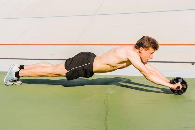 Vista lateral, de, construtor corpo, exercitar