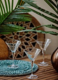 Vista lateral de copos vazios de martini em uma mesa de madeira