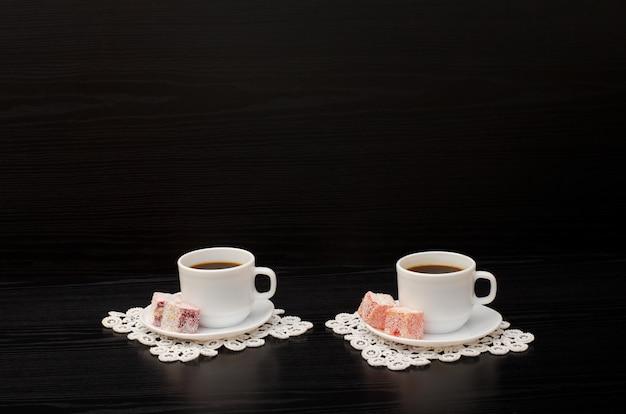 Vista lateral de duas xícaras de café nos guardanapos de renda, sobremesa turca. copyspace