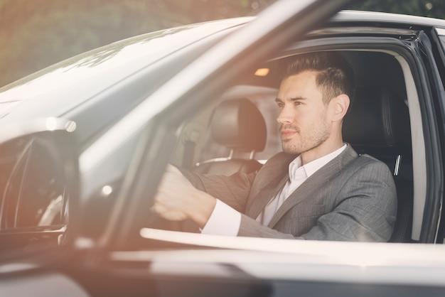 Vista lateral, de, elegante, jovem, macho, motorista, carro